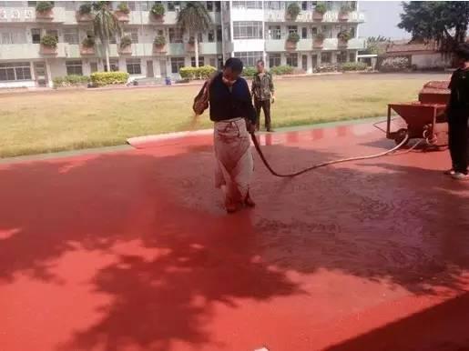 施工人员在喷涂胶水