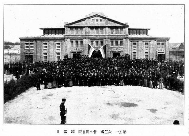 1912年4月29日,参议院在北京象坊桥前资政院旧址举行开院仪式