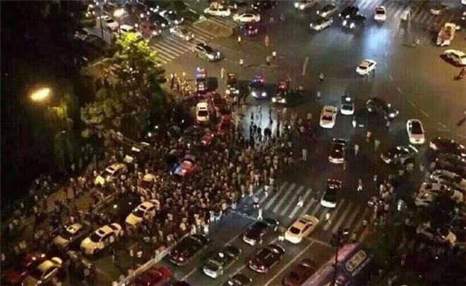 杭州曾发生过出租车与专车冲突,地方管理部门很早便在思考专车管理问题(图片来自网络)