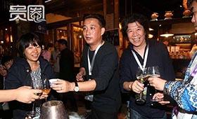 长街宴上,黄磊和孟京辉给大家敬酒