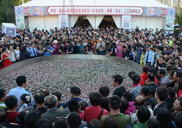 """辽宁盘山的""""世界最大锅""""蒸""""世界最多同时被蒸的螃蟹"""""""