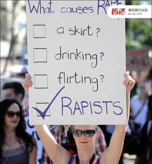 """一名女性手举纸板:引起强奸的不是一条裙子,不是醉酒,也不是眉来眼去,而是""""强奸犯"""""""