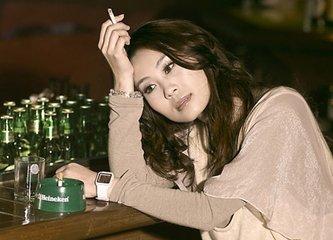 """女子一旦抽烟喝酒,往往就会被""""有色眼镜""""看待"""