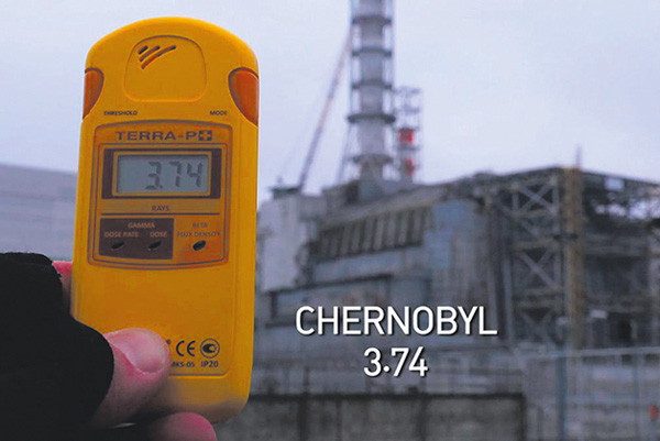 挺核纪录片《潘多拉的承诺》中,拍摄者在切尔诺贝利核电站测量辐射强度,为3.74微西弗,并不算高的数值