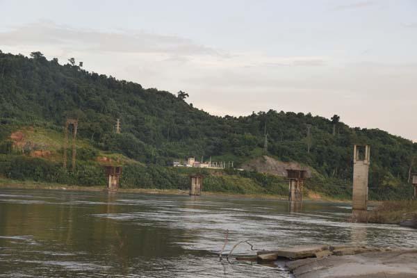 原计划连通伊洛瓦底江两岸的桥梁,随着密松项目的搁置,桥墩也烂尾在河心