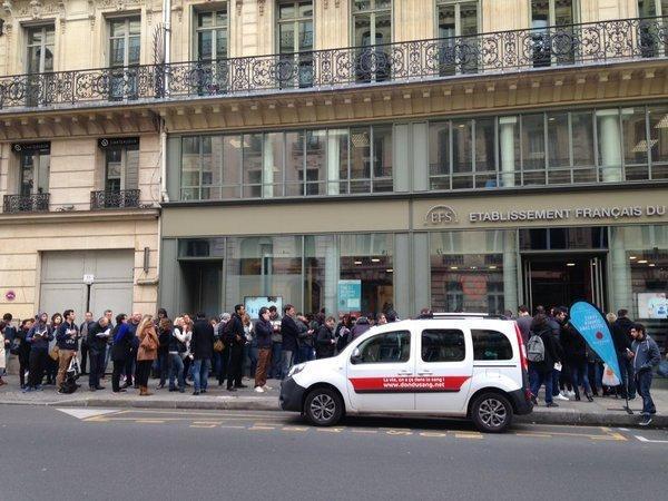 法国恐袭的第二天,巴黎人不顾危险毅然上街献血