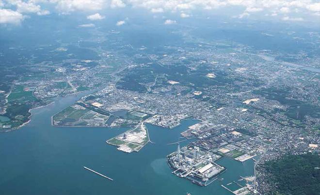 """日本山口县的小野田港,因为""""工业再配置促进法"""",化工、电力等企业纷纷在此建厂"""