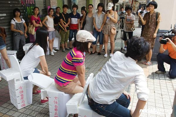 2012年,几名女性志愿者在广州城管委前摆马桶阵,吐槽男女厕位比例 图片来源:南都网