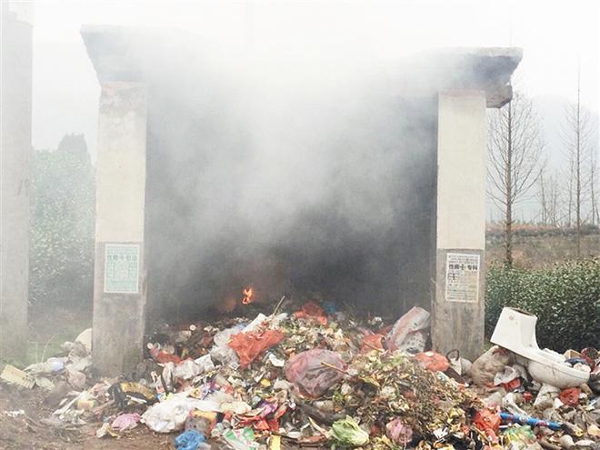 垃圾集中站点焚烧垃圾