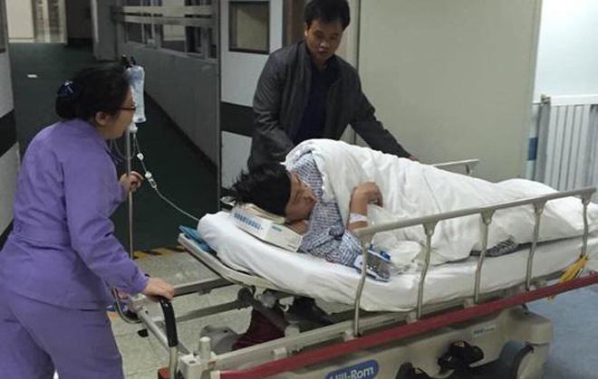 记者张洋被推进医院就诊