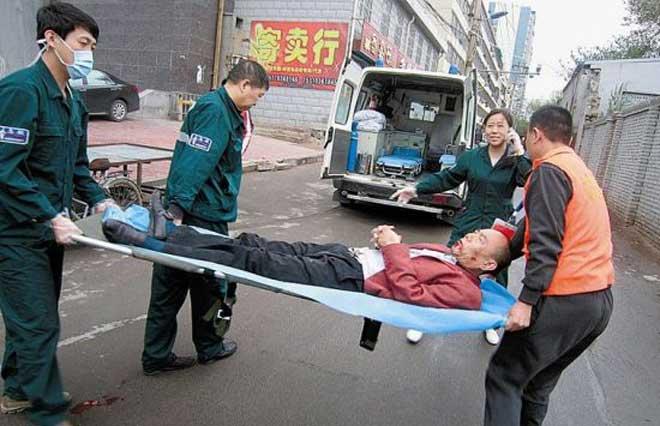 担架工难找,所以山西找起了志愿者抬担架(图/山西晚报)