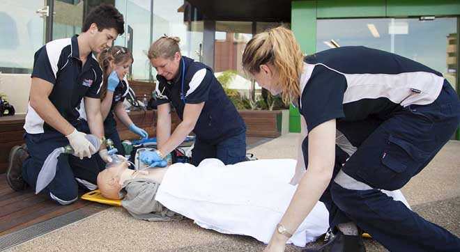 澳大利亚一所大学里急救专业的学生在训练