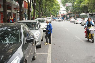 不断增加路边停车位,方便了停车,也会堵塞马路