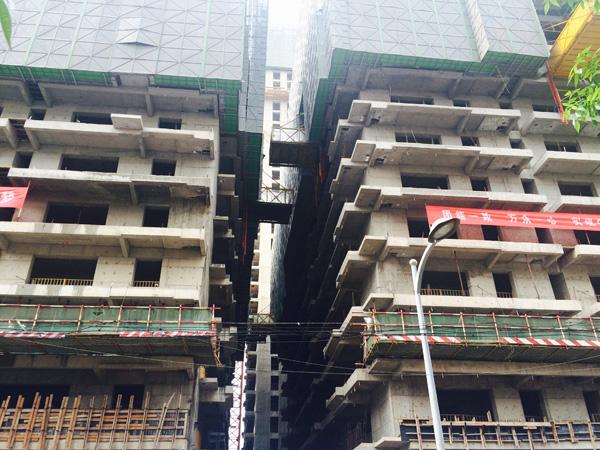 """赵晋在天津的另一个项目""""名门广场"""",也是因为加盖楼层面临被拆的命运"""