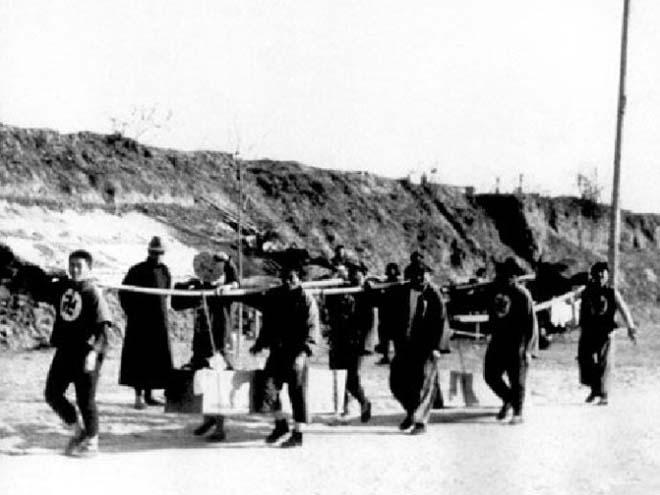 世界红卍字会成员在掩埋大屠杀遇难者