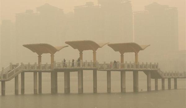 华北雾霾最主要原因是工业排放和燃煤,图为石家庄雾霾天气