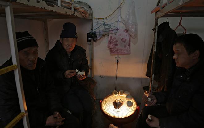 高龄农民工的年龄在50岁以上,图为在黑龙江,严冬里讨薪的一群60岁左右的农民工(图/澎湃新闻 程艺辉)