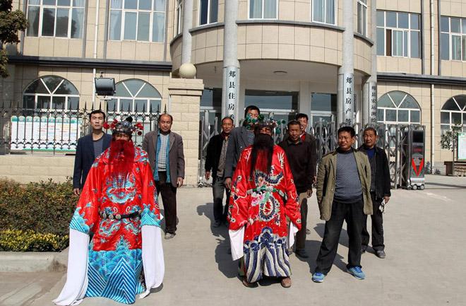 今年11月,两名打扮成钟馗的人和10多名农民工在河南省郏县房管局门口讨薪