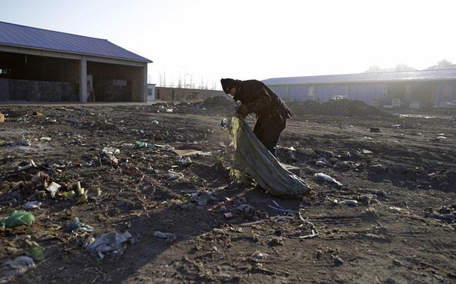 62岁的邵贵合靠每天出门捡垃圾获得讨薪期间的生活费,精疲力尽(图/澎湃新闻 程艺辉)