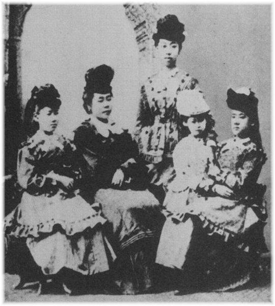 1871年出国留学时的山川舍松年仅12岁(右一)