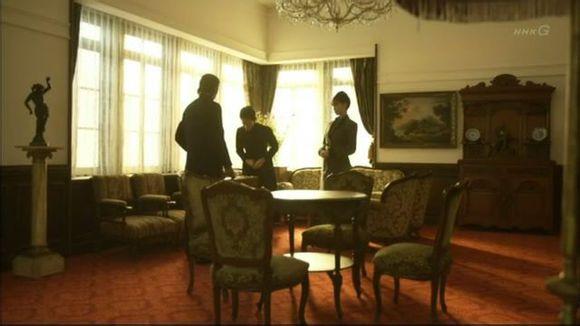 日剧《八重之樱》,女主人公为慈善事业到大山府邸拜访夫妻二人