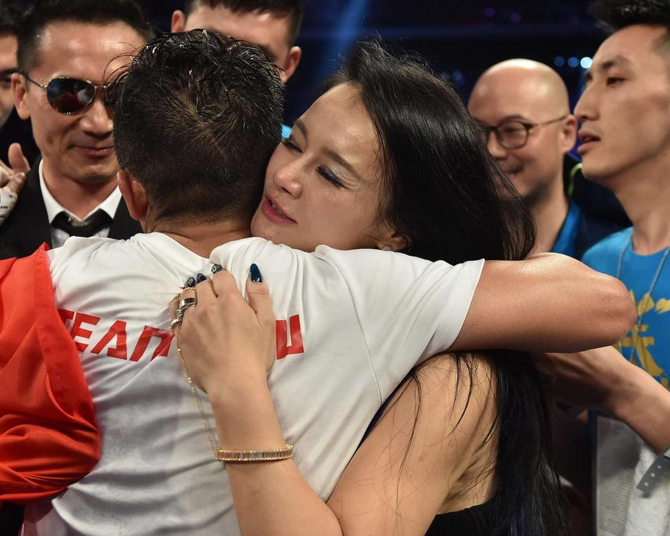 2014年11月比赛获胜后,妻子冉莹颖上台拥抱邹市明