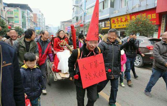 近日网络热传的重庆公公头戴高帽拉板车迎接儿媳