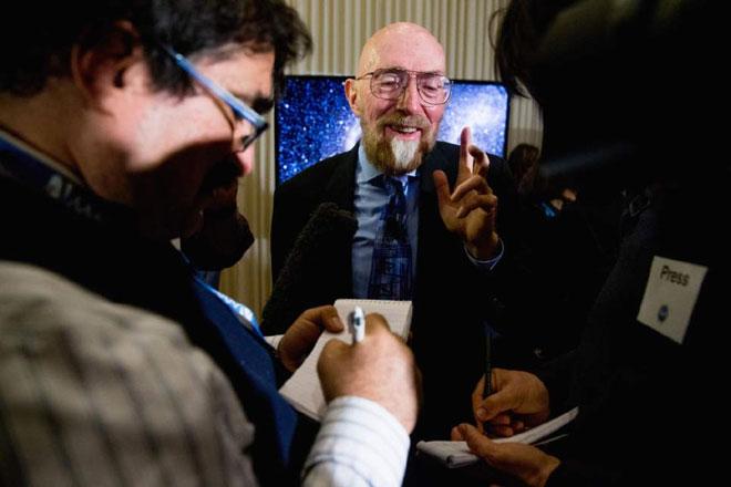 在LIGO新闻发布会上被媒体围住的索恩