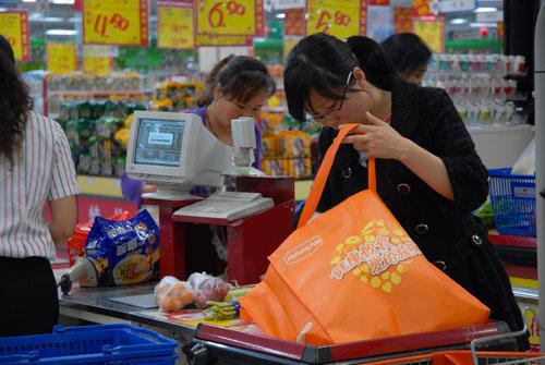 超市使用自备购物袋的人确实在增加