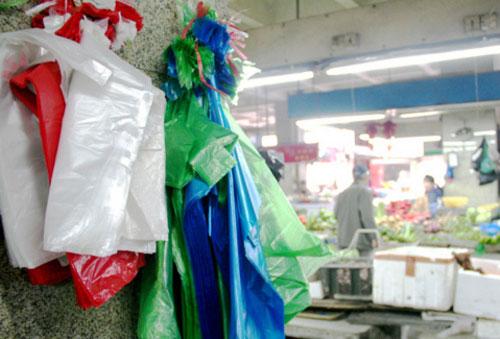 """农贸市场等地方依然是一次性塑料袋使用的""""重灾区"""""""