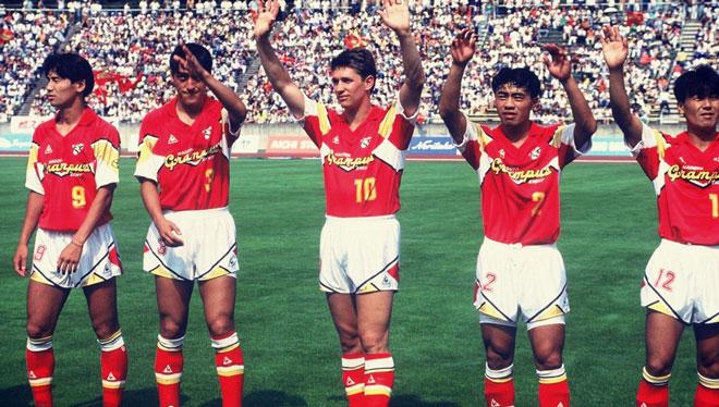 日本足球联赛1992年曾招揽了世界顶级球星莱因克尔,年薪3亿日元,在当时也属于世界顶尖