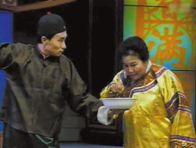 春晚舞台上,赵丽蓉被扮成慈禧太后为饭店招揽生意