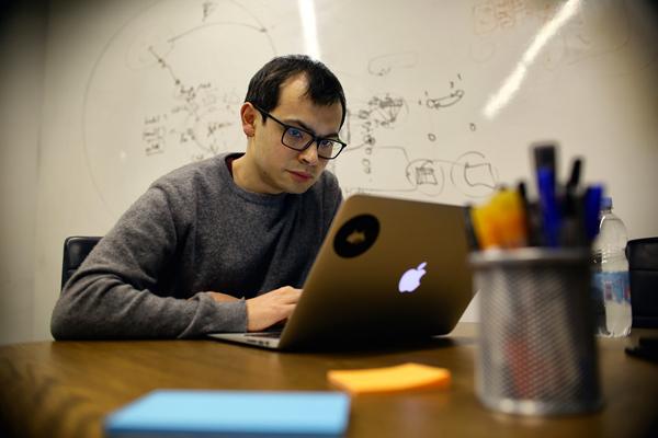 DeepMind公司创始人哈萨比斯在工作中