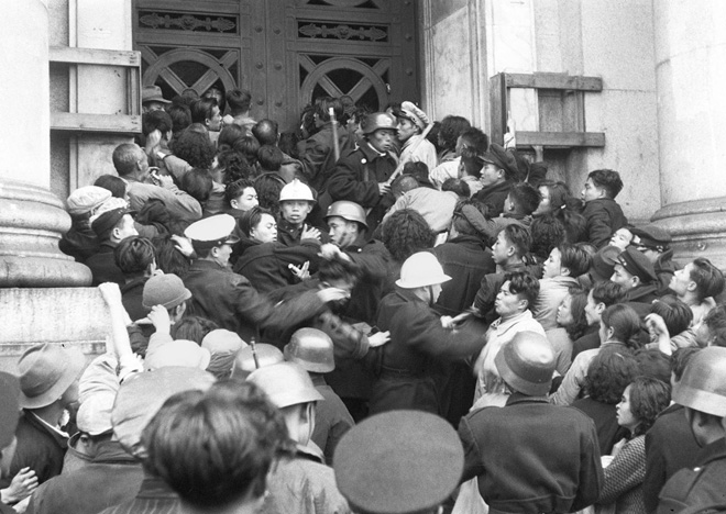 """1948年底,金圆券改革失败,民众蜂拥冲击银行兑换黄金。此次改革中,国民党""""党营企业""""损失惨重"""