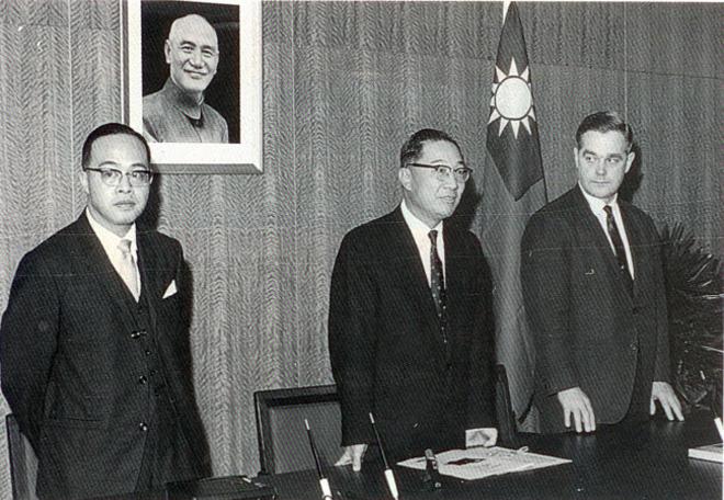 俞国华(中),被认为是国民党党产在70-80年代暴增的头号功臣