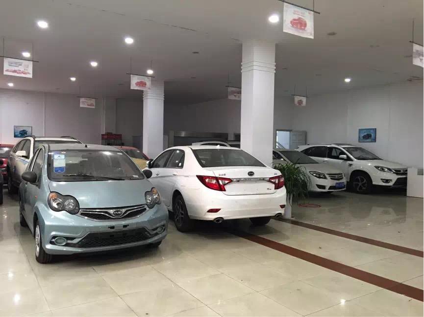 南京尚迪大厅里,停着10多辆因为拿不到车辆合格证被退回的汽车