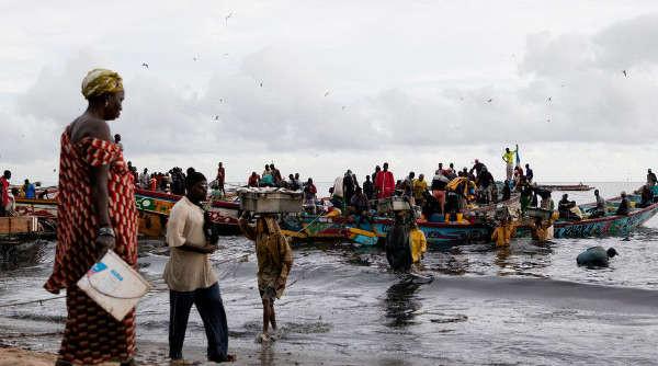 与国外的远洋渔船相比,非洲当地人的小渔船毫无竞争力