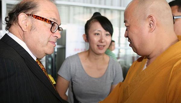 中国佛教协会副会长印顺大和尚和奥利弗・罗斯柴尔德一起参加活动