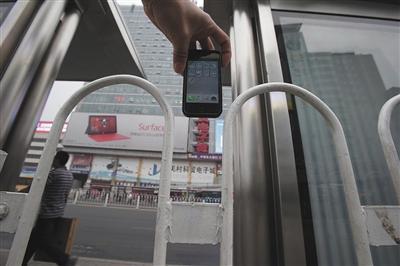 中关村南公交站台,护栏间隙比苹果手机略宽一些。此前,北京一女子脖颈被卡在此处 图片来源:新京报