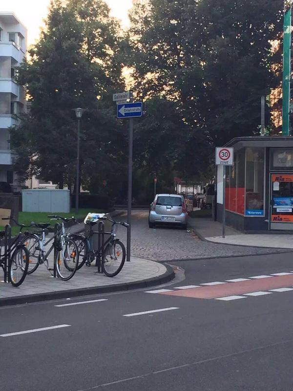 德国柏林某街区,左转进入低限速居民区的控速设计和碎石路面铺设