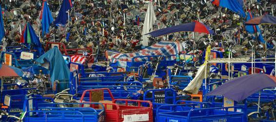 在深圳南头立交桥下,存放着很多被收缴的电动三轮车