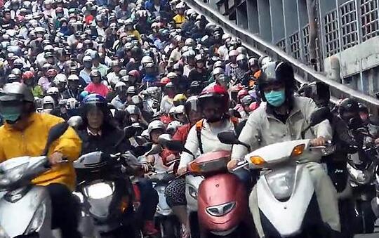 你能找出一个不戴头盔的人吗?