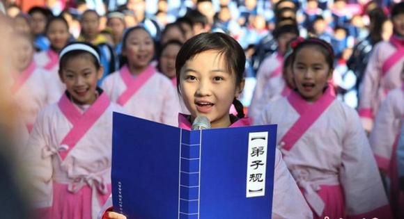 2014年,林妙可在国子监带领小朋友们唱诵弟子规,显然这不是民间自发行为