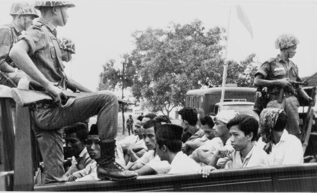 1965年10月,印尼共产党青年组织被带至雅加达一所监狱