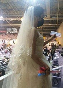 北京见面会现场出现穿婚纱的女生