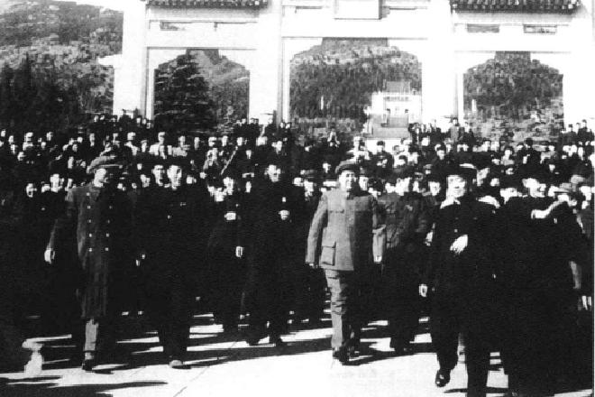 1953年,毛泽东晋谒中山陵