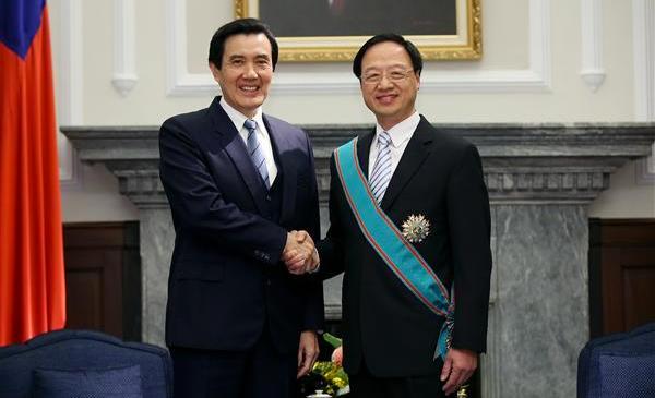 """马英九与前""""行政院长""""江宜桦,江是政治学博士,被认为是马""""照着镜子""""提拔的"""