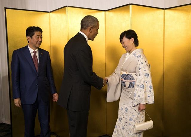 日本首相安倍晋三和妻子安倍昭惠欢迎美国总统奥巴马出席鸡尾酒会