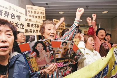 """2011年,香港市民到""""淫审处""""请愿,要寻求严峻监控"""