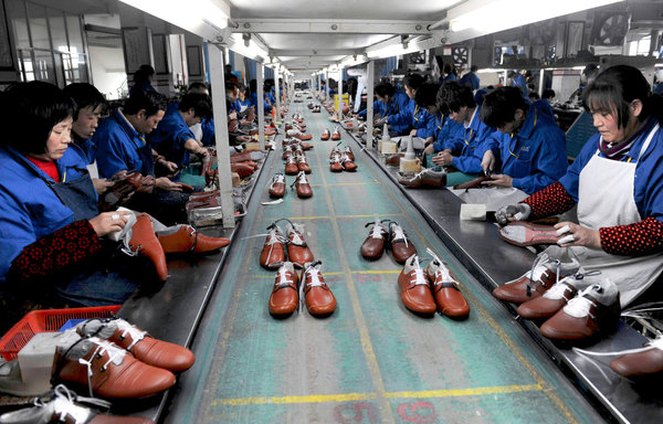 鞋厂工人在辛勤工作